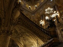入ってすぐにこの豪華な大階段