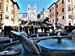 オードリー・ヘプバーン、ローマの休日のスペイン広場  手前はバルカッチャの噴水 階段での飲食や座り込みは法令で禁止されている。