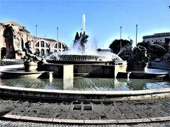共和国広場の中央、ナイアディの噴水
