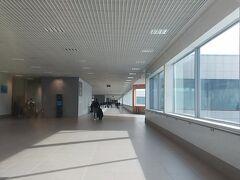 静かで質素な空港というイメージ。