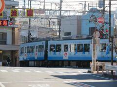 そのまま進むと併用軌道区間(路面電車区間)から専用軌道区間の江ノ島駅に入ろうとする電車がちょうど走って来ました。