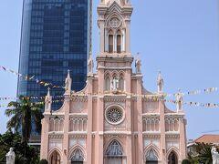 ピンクの可愛らしい教会。ダナン大聖堂。残念ながら中に入ることはできないので外からパチリ。