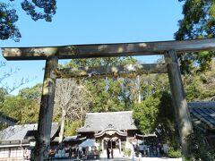 鳥居から見た神社の拝殿。