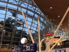 朝の6時にクアラルンプールに到着です。  まだ日が昇るかどうかって感じ。  空港内は広くて出口までは到着の看板を見てひたすら歩きます。