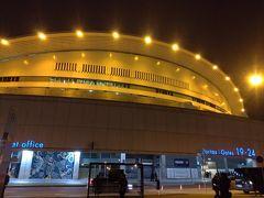 サッカー場へ。 ネットでチケットを購入済。 地下鉄駅を降りてすぐの風景です。 スタジアムが近い。
