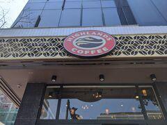 仕方がないのでまた歩き始めるとすぐにこちらのお店が。 ハノイでも何回かお世話になったハイランズコーヒー、ベトナムのスタバ的なお店です。