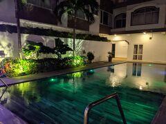 ホテルに戻り、息子が到着するまでひとやすみ。 プールサイドは喫煙OK、愛煙家の夫には最高の休憩場所です。