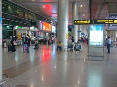 ホーチミン タンソンニャット国際空港に到着  日本は冬なので物凄い暑い汗
