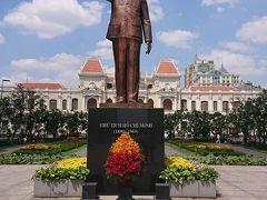 ホーチミン人民委員会庁舎前のホーチミン像