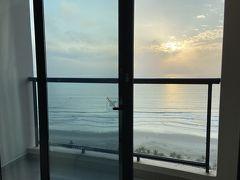 朝日の明るさで起床。 まだ帰りたくないなぁ、と思いながらしばらく海を見ていました。