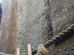 右側面   エッジのはっきりした溝が彫られています。左側面にも同様な溝があります。   奈良県の益田岩船にも同じような溝があるようです。
