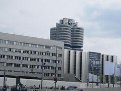 BMW本社の敷地は、複合施設のようになっていて、 ・BMW博物館(BMW Museum) ・BMWワールド(BMW Welt):ショールーム ・工場 などが隣接して建っている。 本社は象徴的なBMWタワー内にある。