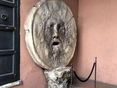 歩いて真実の口へ。ローマの休日ごっこしてる人たちが行列してたので、近くで見るだけ。隙を見て撮影。