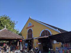 食後は旧市街を散策。お土産物屋さんや皮製品の店、洋品屋さん、コーヒー屋さんが並ぶにぎやかな通りの端には市場が。