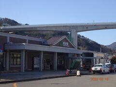岡谷駅前から駅舎を写す