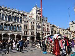 サンマルコ広場。カーニバル初日の昼過ぎ、仮面を売るお店や、軽く仮装をした人が増えてきました。