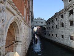 ドゥカーレ宮殿の奥にあるため息橋。