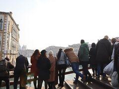 橋の上で、パレードがくるのを1時間ほど待ちました。