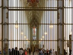 フラウエン協会は観光客ゾーン(?)と祈りの場の間に柵がありました。  ステンドグラスが本当に素敵だったので、しっかりと目に焼き付けておきます。