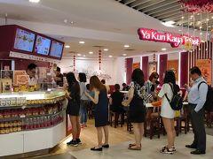 シンガポールの朝食で有名な、カヤトーストが食べられるチェーン店「ヤ・クン・カヤ・トースト」に来たのですが、人気店だけあって行列です。