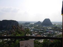 五行山(マーブルマウンテン)からの眺め。今いる所もそうですが、平地に急に現れる高い山が不思議な光景です。