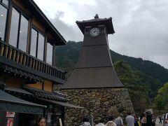 辰鼓楼。 札幌と並ぶ日本最古の時計台だそうです。  足元にはたくさん鯉が泳いでいます。