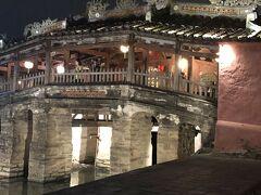 レストランから徒歩数分で行かれる観光名所の来遠橋(日本橋)です。 1593年に建てられた屋根付きの橋です。当時ホイアンに住む日本人たちが架けたと考えられています。