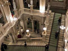 ながああい一日。 着替えてオペラ座へ。 ホテルザッハーに泊まるのがこの日だけで、その後はリンク外のホテルになるため夜遅くなるオペラはオペラ座からもっとも近いホテルザッハーに泊まる時にいこうということで、わりと強行軍でしたがこの日でチケットとってしまいました。  演目はベートーベン作の唯一のオペラだというフィデリオという作品。