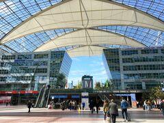 ターミナル1と2は大きな広場を挟んで、隣接しています。  ビアホールのテラスもありました。