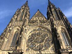 あんまりプラハのことをしらべてなくて、ガイドブックにもあんまりプラハ城の中のことはのってなかったんで、城内オーディオガイドとかあったみたいなんだけど3時間とかかかれてて、うーんってなやんでそのへんぶらぶらしておわりましたww こちらは城の中の聖ヴィート大聖堂~