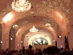 夜はシェーンブルン宮殿のオランジュリーコンサート。 毎晩やってるみたい コンサートというよりダンスや歌手も登場の観光客むけのサービスたっぷりのショーでした。 これはこれで面白かったー。