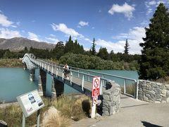 この橋を渡って対岸へ。寄付によって架けられた橋だそうで、橋には寄付をした方の名前が彫られていました。