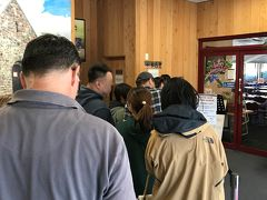 テカポ湖の人気レストラン「湖畔レストラン」は、そのアオテアギフツの一角にあります。今日の夕食はこちらと決めていました。 夜の営業開始時間(18:00)の15分くらい前に行ったら、既に数人が並んでいました。