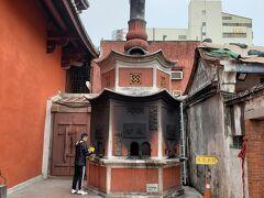 その後、お供えした金紙(=神様用にお金を模した用紙;日本でいうところのお賽銭)を燃やし、お祈りするようです。