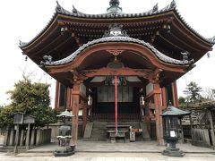 「中谷堂」の前を進んでいくと、そこはもう古の世界。  まずは興福寺南円堂へ。
