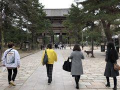 奈良県庁で15分くらい奈良の街全景でなんとなく場所の感じをつかんだ後←本当かい!(笑)、東大寺南大門へ。  ここにも、鹿がたくさん。 人間よりも多いんでないかい?