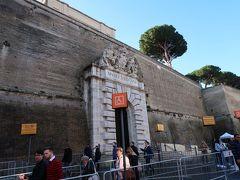 これは出口です!!!!!! 入口はこの左手側です  【観光POINT】 事前予約をしてその予約票を持って行ったのですが、それを正規のチケットに換えないと入れませんでした。お気をつけください!  さて、お目当てはラファエロの間とシスティナ礼拝堂。? 開いてから30分経っている上に美術館入口は人が多かったため半ば諦めながらも、今行かなきゃさらに混む!と思いラファエロの間に直行!!  案の定人は多かったですがこれでもましなのかな...と。  有名な作品を何個かご紹介!