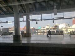寝て… ぼーっとして… また寝て… またぼーっとして…  気がつけば花蓮から5時間、高雄の少し手前の屏東駅に到着していました。 屏東は台湾最南端の県で、その中心となる屏東駅はかなり栄えているようです。 久しぶりにビルが並ぶ街にやって来ましたε-(´∀`;)