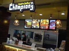 RHCのチャンピオンズで夕食を購入。 フラを見に行く時は空いていたのに、帰りは日本人の行列が出来ていました。