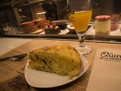 お目当てはこちら。 エル キン デ ラ ボケリア(El quim de la boqueria) 特にトルティーヤ(オムレツ)やシーフードが有名な超人気店とか。  ボケリア市場は昼~夜は激混みなので朝食を食べにきた。 朝食は市場で食べたかったので、ホテルは食事なしのプランにした。