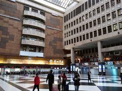 最寄り駅の台湾の地下鉄(台北捷運:MRT)「南京復興站」から松山新店線に乗車し「中山站」で淡水信義線に乗り換え「台北車站」までやってきました。