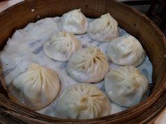 「小籠湯包」 一籠10個 140元 小上海の看板メニューの「小籠湯包」です。 一籠10個で140元と値段も安く、熱々で提供されます。 ここにきたら絶対食べなきゃいけない小籠包です。