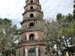ティエンムー寺は、1601年創建の歴史あるお寺です。 仏塔は、七層八角形で、高さは、21mほどあります。