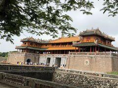 いよいよ王宮の敷地へ入ります。 フエは、ベトナム最後のグエン(阮)王朝の都が置かれたところです。 1802年から1945年までの143年間治められました。 南に位置する正門(午門)から入ります。