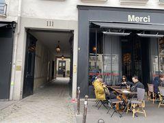 おしゃれなセレクトショップ、merciへ。左がお店へ向かう道。表通りにはカフェもあります。