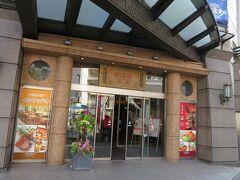 崎陽軒本店。駅からすぐです。