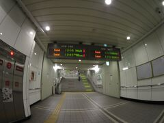 仙台駅へ。  ここでJR仙台駅へはいかずに、仙石線のあおば通駅へ向かいます。 地下鉄の仙台駅と仙石線のあおば通駅は地下で繋がっていますので仙石線へ乗り換えるのはこっちのほうが便利なんです。  駅名は異なりますが同じ駅のような感じです。東京駅と大手町駅、大阪駅と梅田駅。まあ、そんな感じです。  仙石線専用乗り換え改札があります。