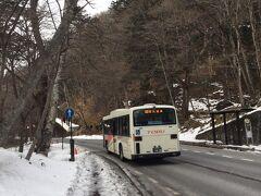 ★14:45  そして湯元温泉行きのバスに乗車。あとは基本湯元温泉の宿に向かうだけなのですが…滝があるという、湯元温泉手前の「湯滝入口」でバスを下車。