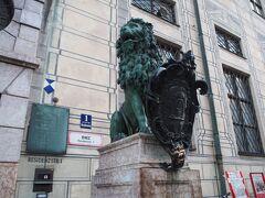 ライオン像の盾