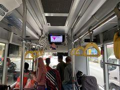 2月のクアラルンプールは想像以上に蒸し暑く、熱帯気候らしく毎日雨が降っていました。市内の移動は鉄道、バス、タクシーといずれも可能ですが、主な観光地をつなぐKLGOという無料のバスが走っています。このバスに乗って、ムルデカスクエア(独立広場)へ!